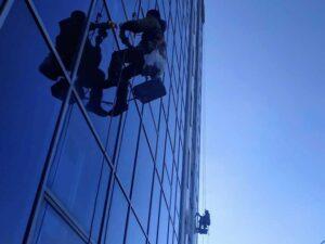 """Высотная мойка окон и фасада зданий БЦ Пальмира Северная промышленными альпинистами центра """"Высотник"""" в Донецке"""